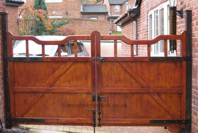 Rear view of the Softwood Bala driveway gates.