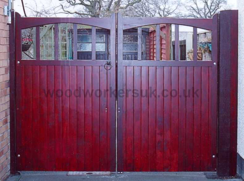 Harlech driveway gates with a diminishing 'underswept' head. (shown in Unsorted Scandinavian Redwood – Softwood).