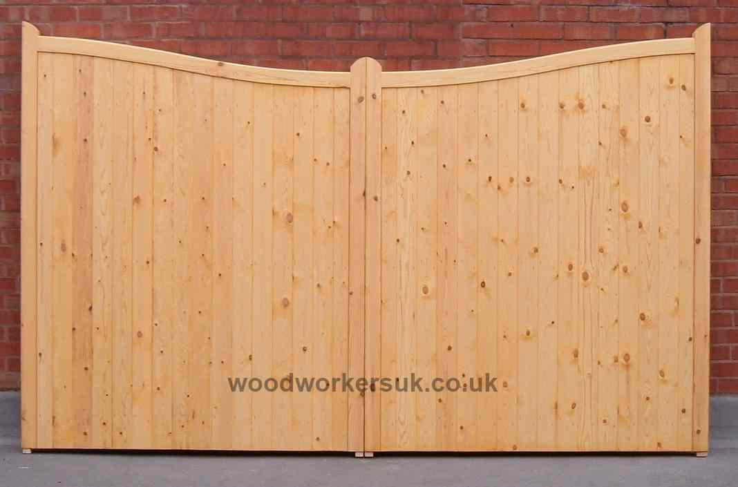 The Beaumaris driveway gates are also available as a 'Low centre' (dropping to the centre) pair, shown above in Scandinavian Redwood (Softwood).